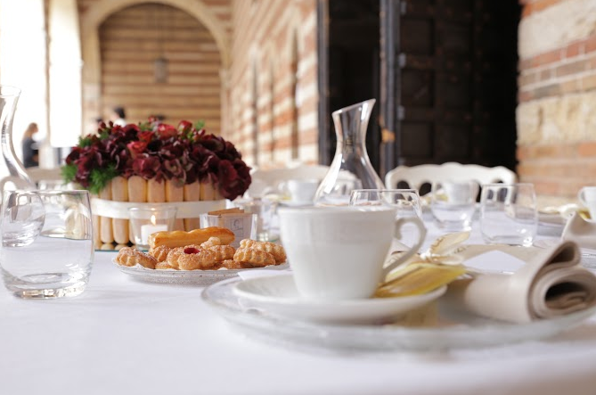 Arte del Ricevere e il tè giusto per l amica giusta