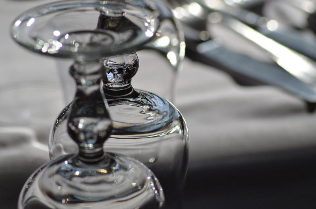 La disposizione dei bicchieri a tavola una piccola guida matilde vicenzi - Disposizione bicchieri a tavola ...